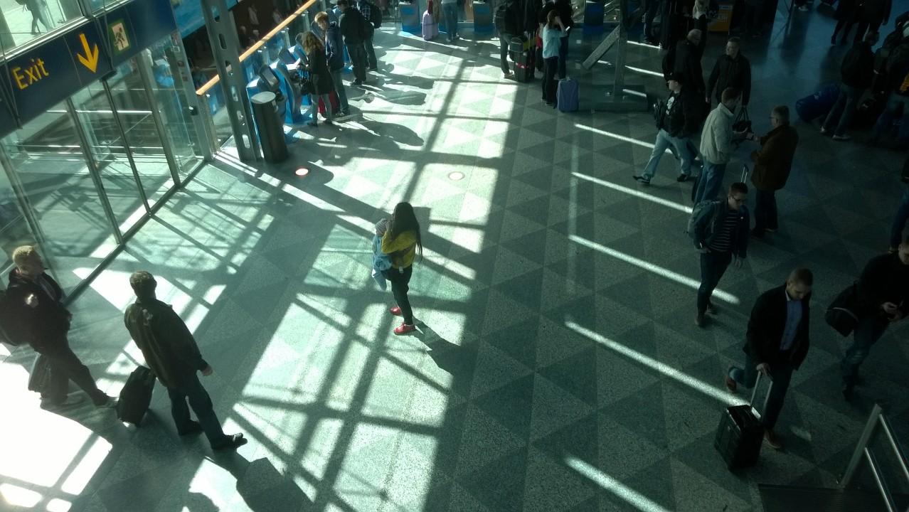 Terminal de llegadas en el aeropuerto Helsinki-Vantaa